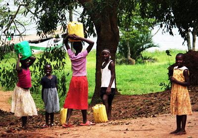 In der Region Nakaseke (Uganda) steht zurzeit nur ein einziger Brunnen für fast 4.000 Menschen zur Verfügung.